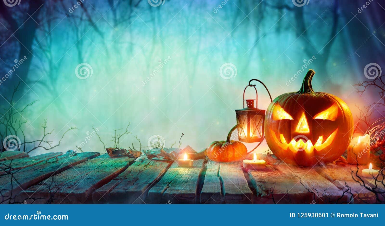 Halloween- - Jack-O ` Laternen und Kerzen auf Tabelle