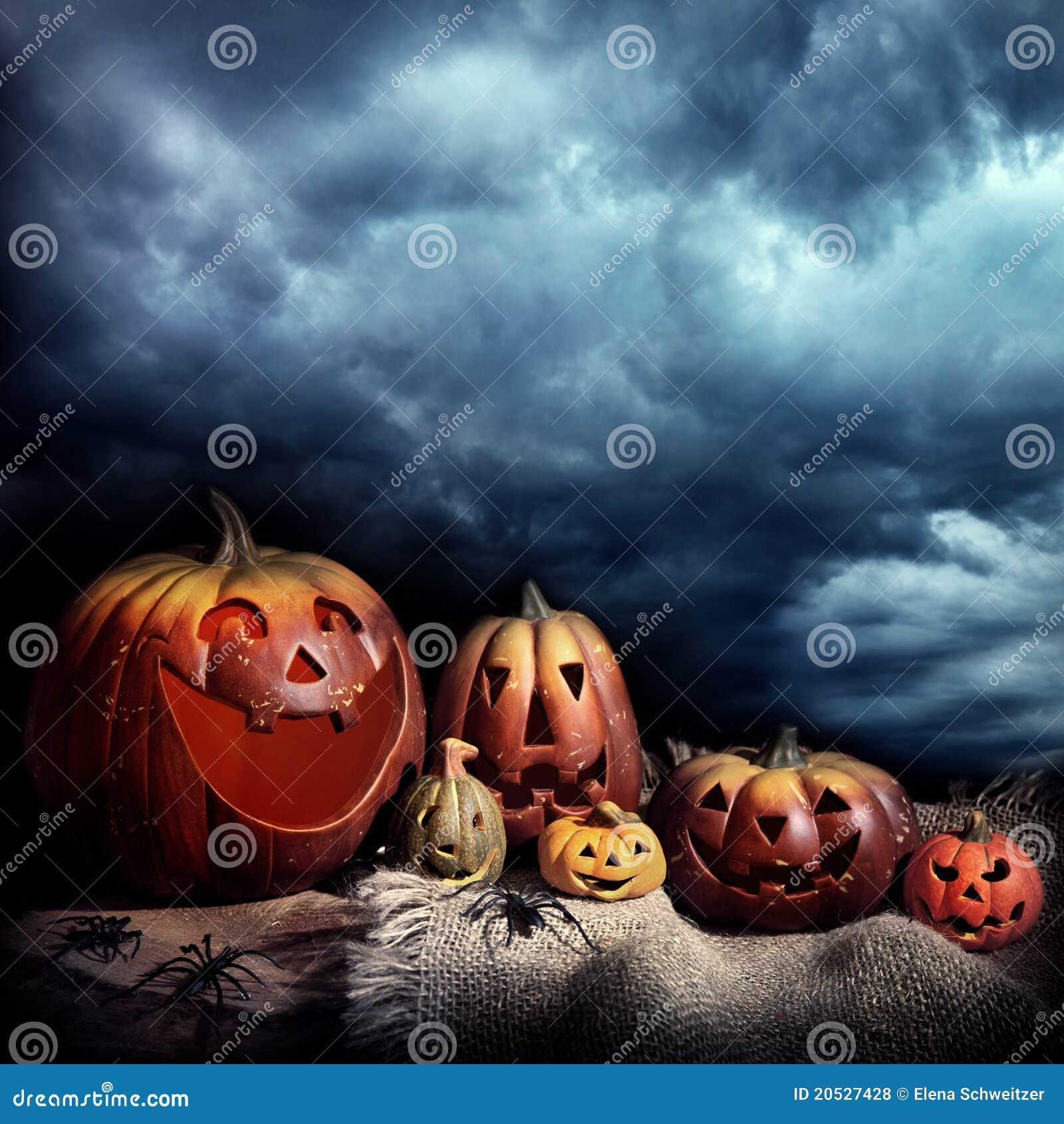 Halloween-Kürbise nachts