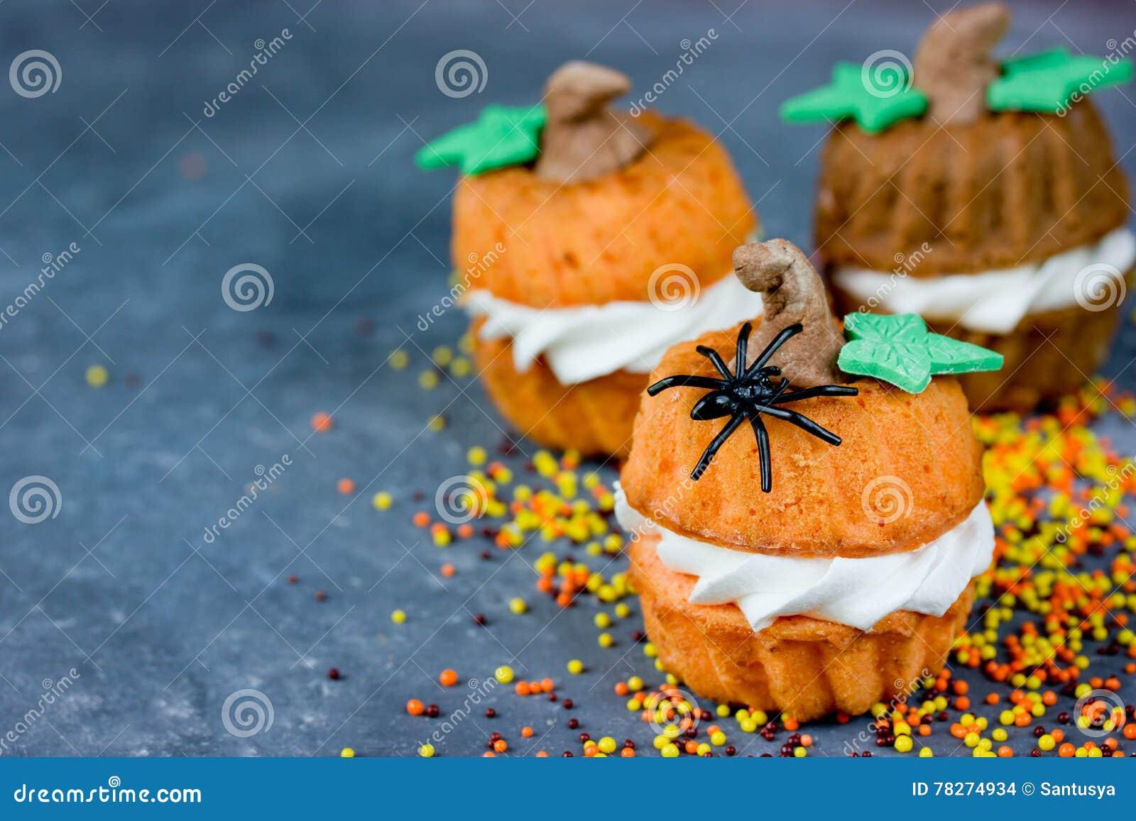 Halloween-Kürbisrezept - Orange Kleine Kuchen In Form Eines Pum ...