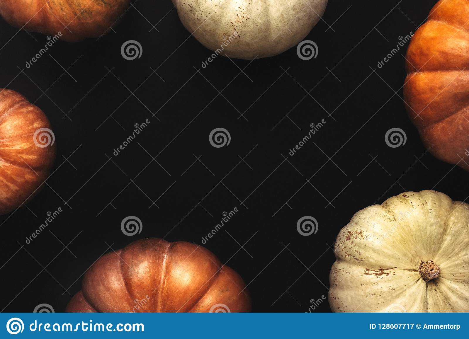 Halloween-kader van oranje en witte pompoenen
