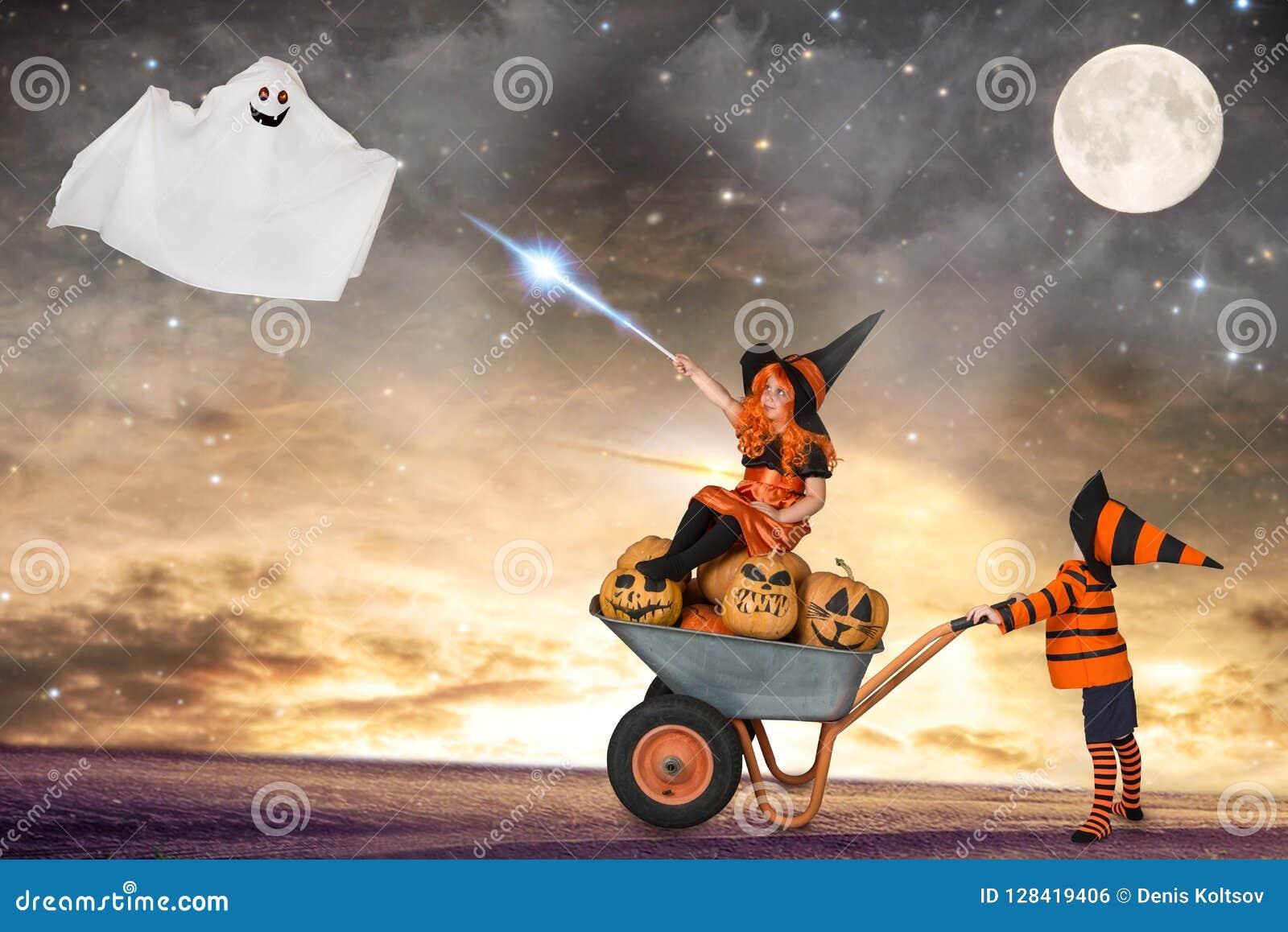 Halloween Kinder in den Kostümen für Halloween gehen im Wald nachts und beschwören