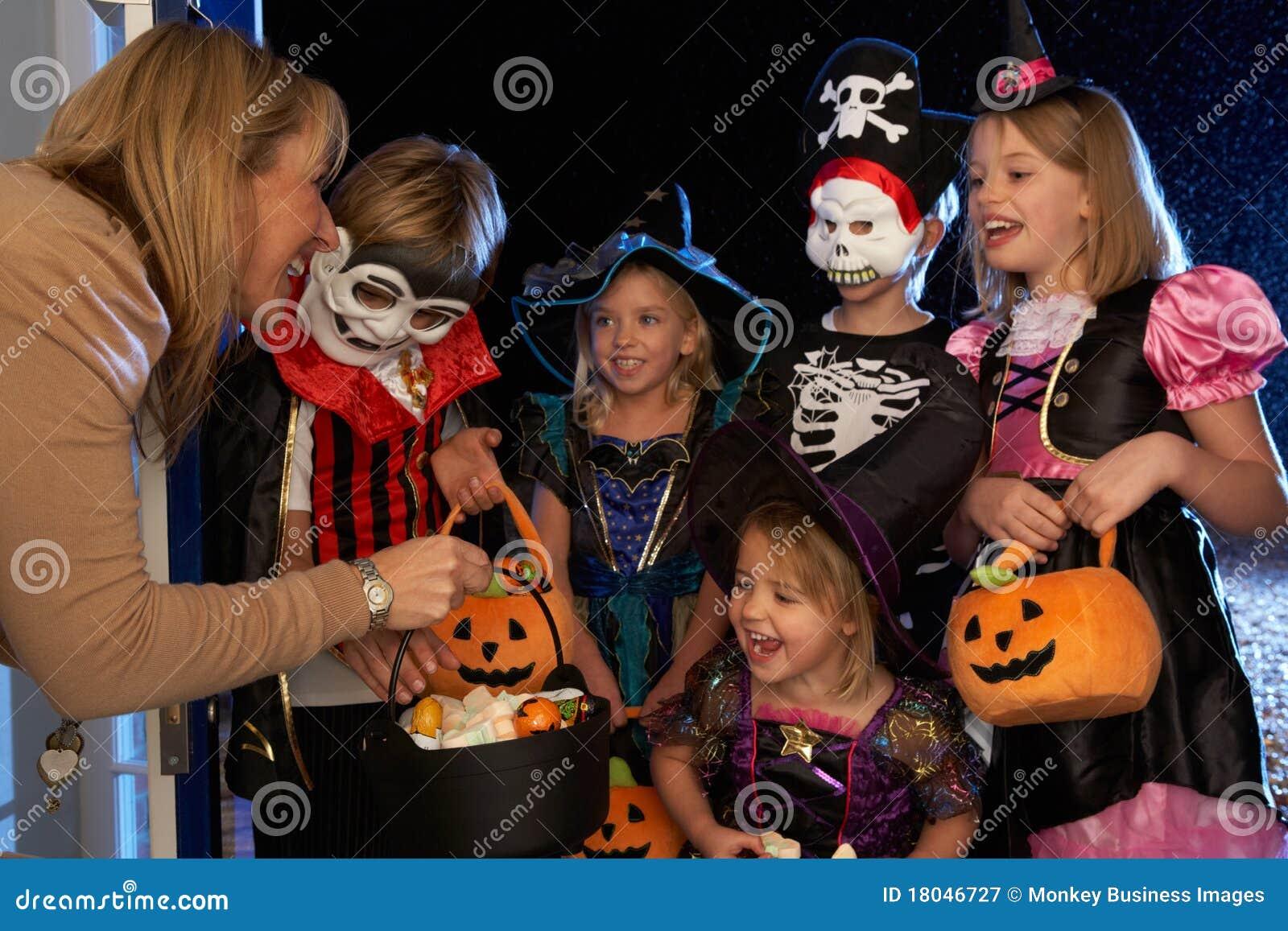 Halloween lycklig deltagare som behandlar trick