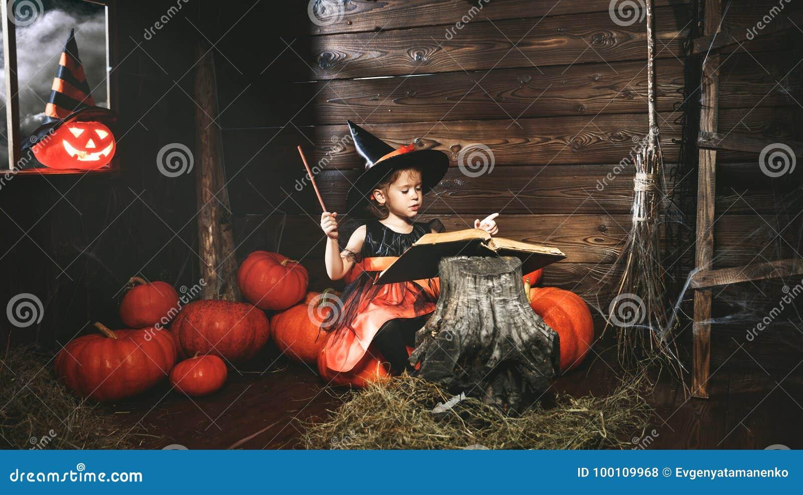 Halloween mała czarownica czaruje z książką czary, magi