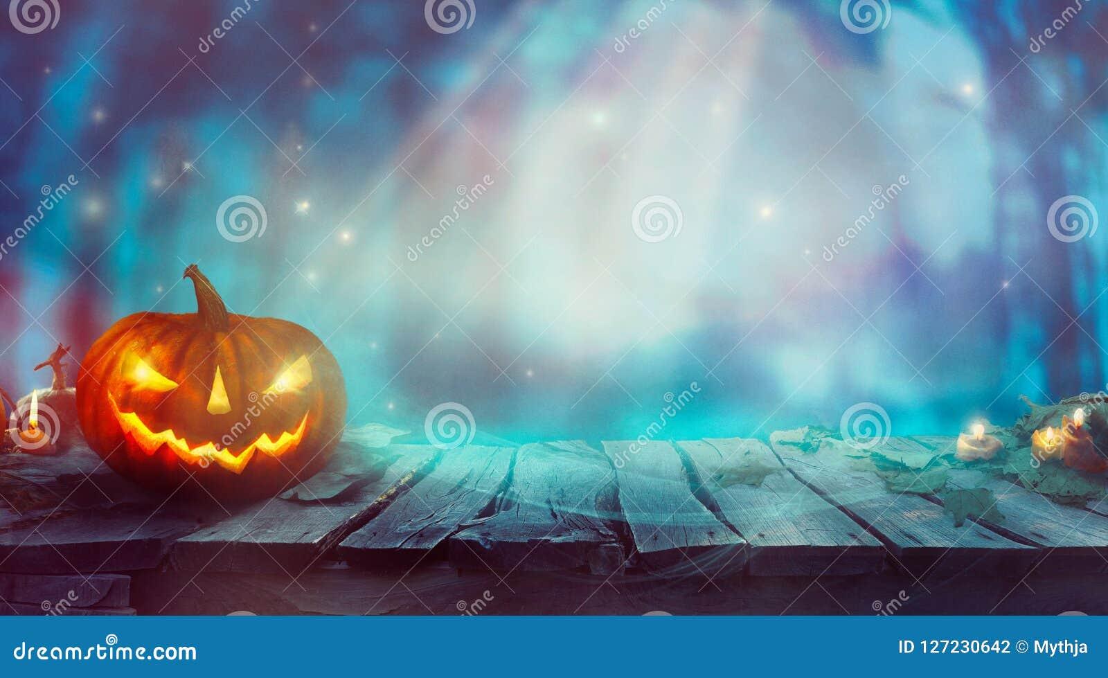 Pompoen En Halloween.Halloween Met Pompoen En Donker Forest Spooky Halloween