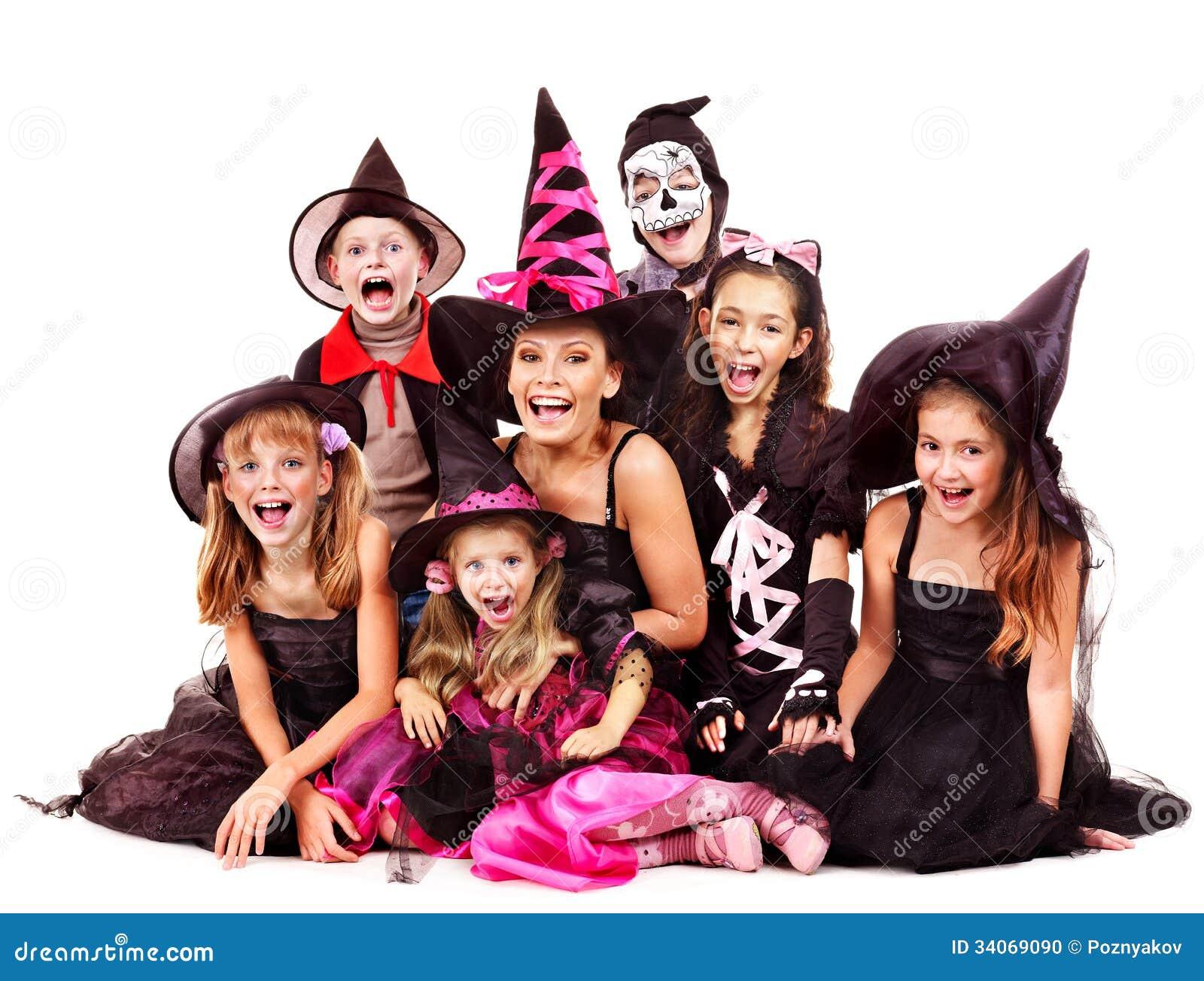 Halloween-partij met de holdings snijdende pompoen van het groepsjonge geitje.