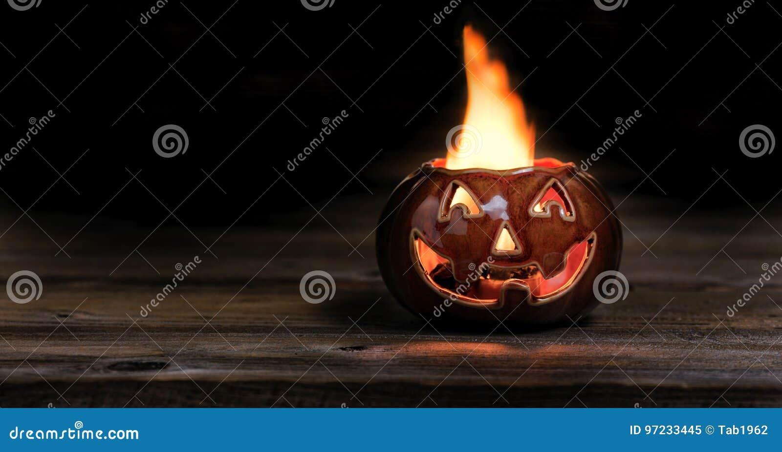 Halloween-pompoen op brand tijdens de nacht