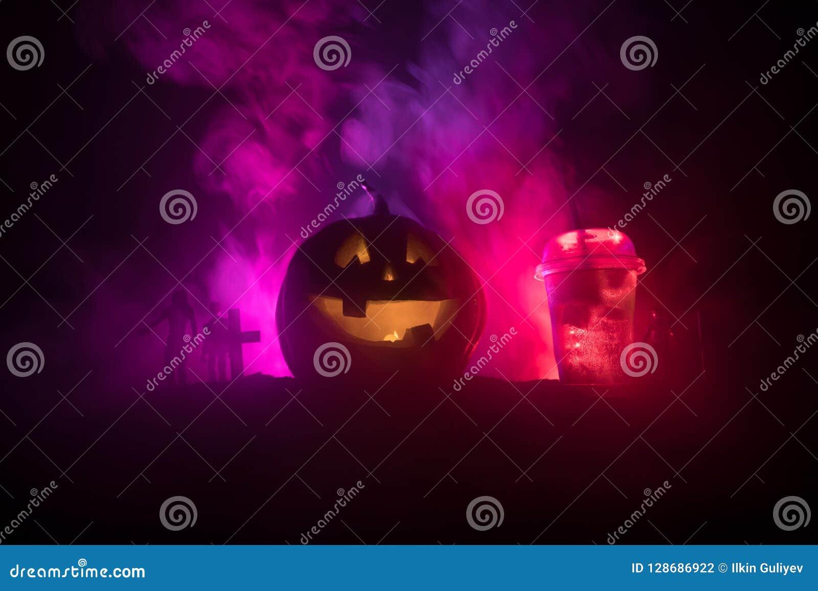Halloween-pompoen oranje cocktails Feestelijke Drank De partij van Halloween Grappige Pompoen met een cocktail Selectieve nadruk