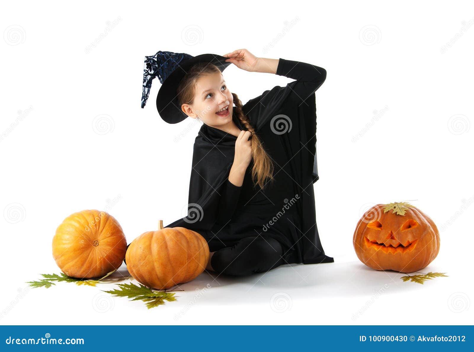 Halloween Porträt des kleinen Mädchens im Hexenkostüm