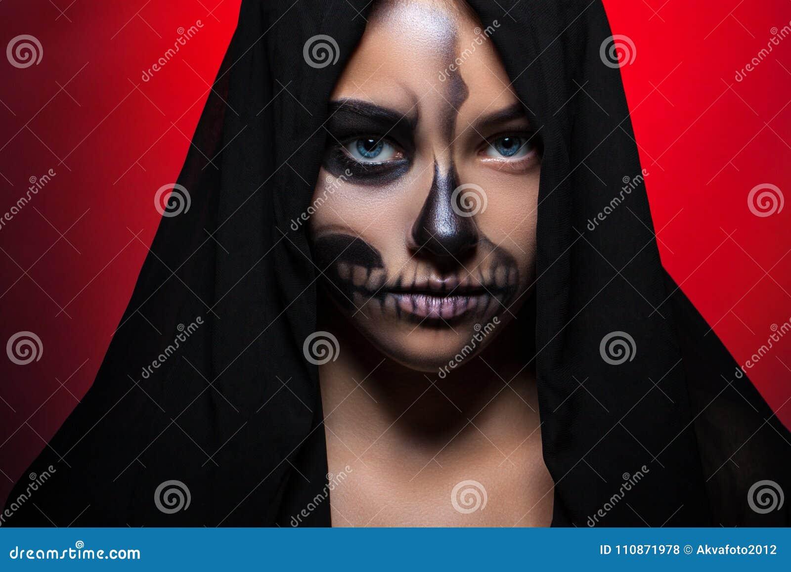 Halloween Porträt eines jungen schönen Mädchens mit skeleton Make-up auf ihrem Gesicht