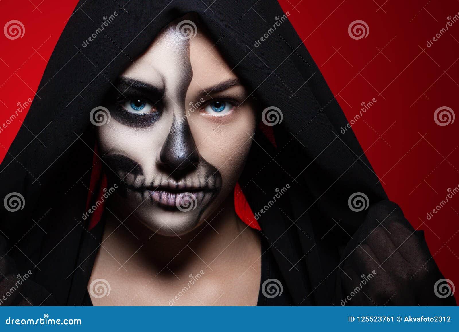 Halloween Portret van een jong mooi meisje met skeletmake-up op haar gezicht