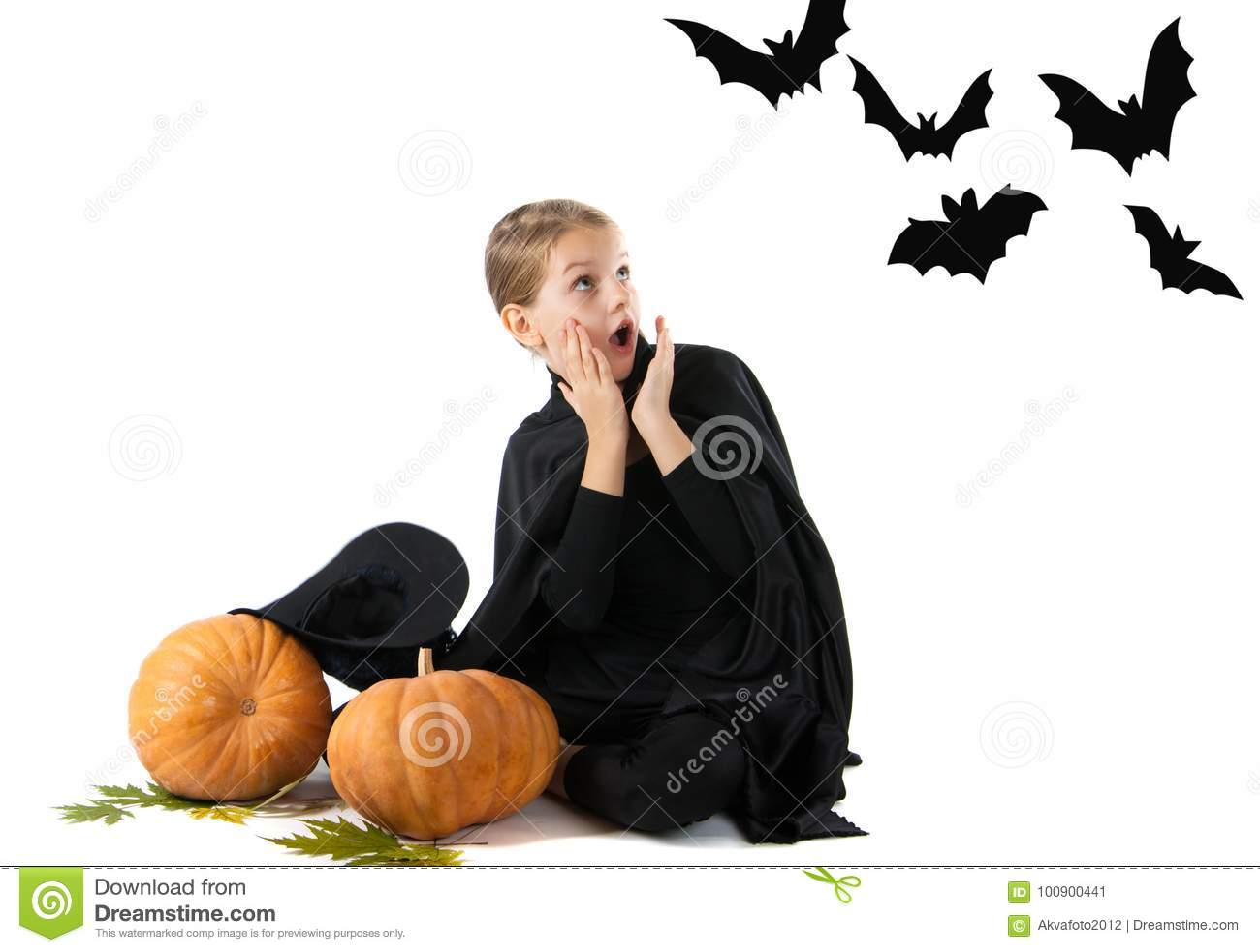 Halloween-portret van het verraste en bang gemaakte meisje in het heksenkostuum