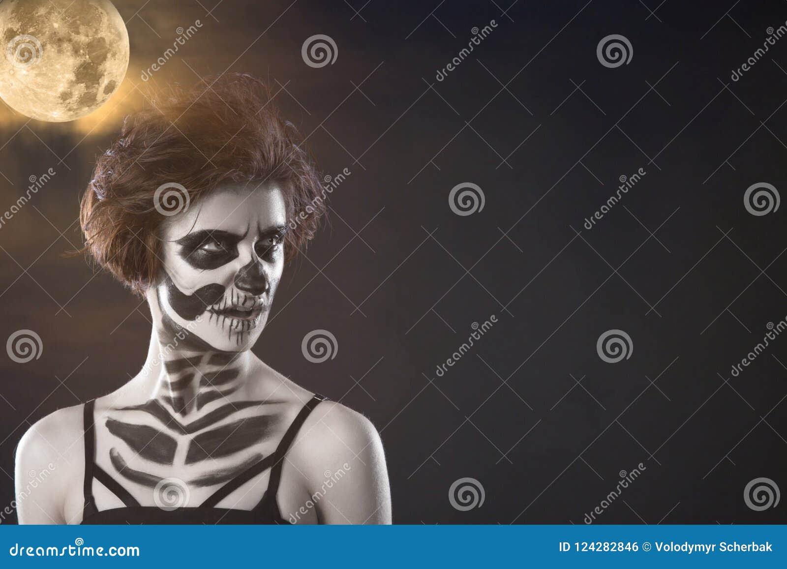 Halloween Portret van jong mooi meisje met samenstellingsskelet op haar gezicht