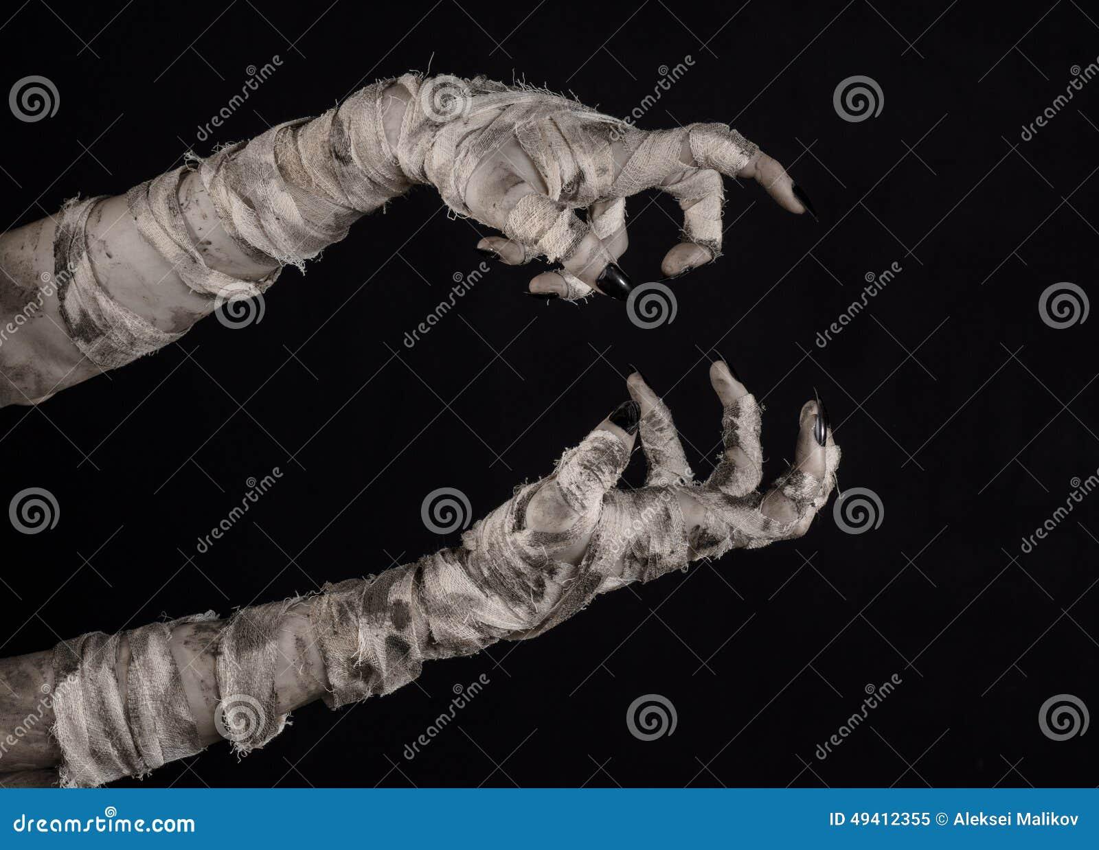 Download Halloween-Thema: Schreckliche Alte Mamahände Auf Einem Schwarzen Hintergrund Stockbild - Bild von verband, grausigkeit: 49412355