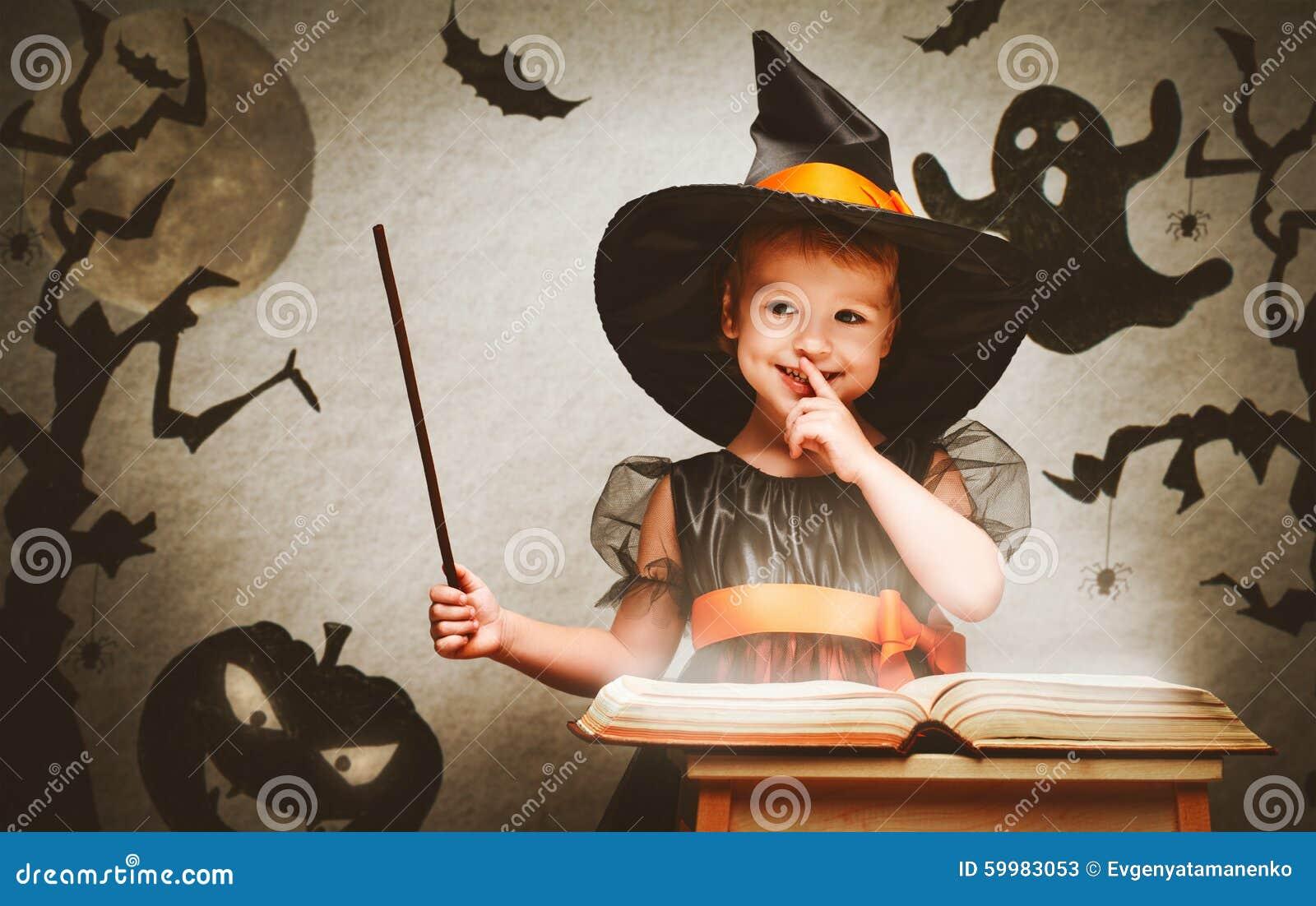 Halloween vrolijk weinig heks met toverstokje en boek conjur