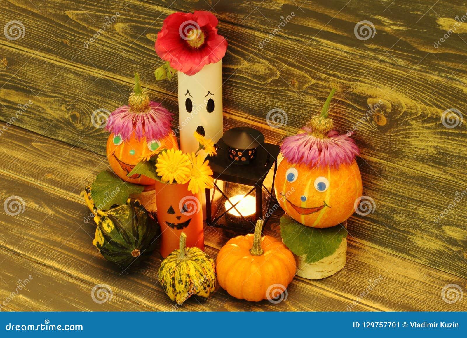 Halloween Zucche divertenti con i cappucci, i fantasmi incantanti, le zucche ornamentali variopinte di forma insolita e la lanter
