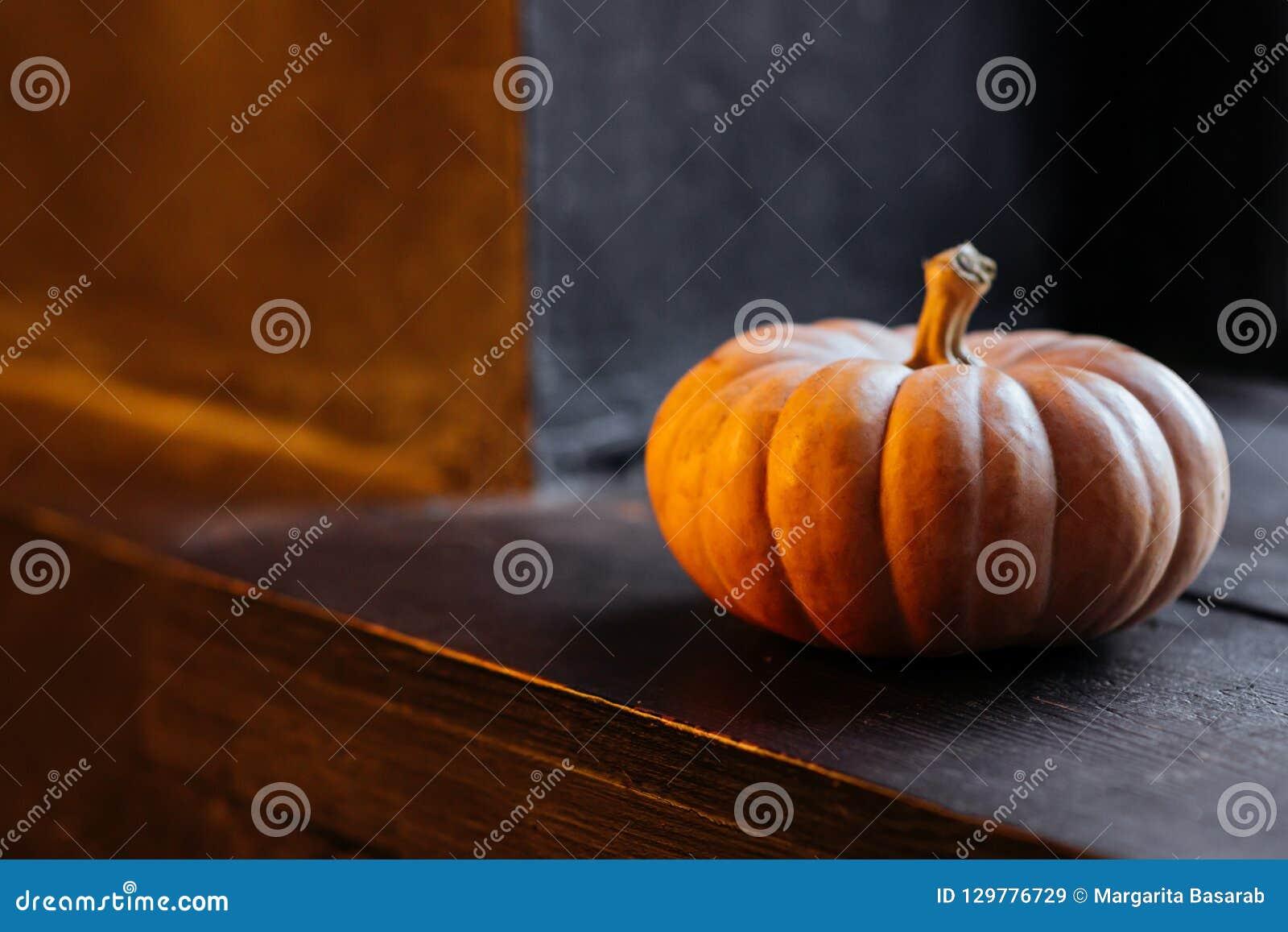 Halloweenowa bania na drewnianym tle