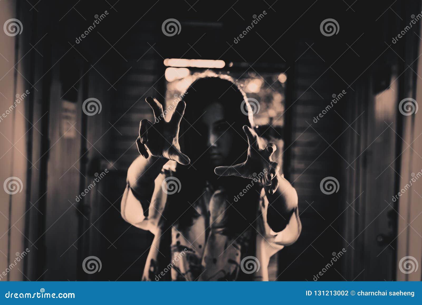 Halloweenowa dziewczyna z straszną ręką w Zaniechanym domu