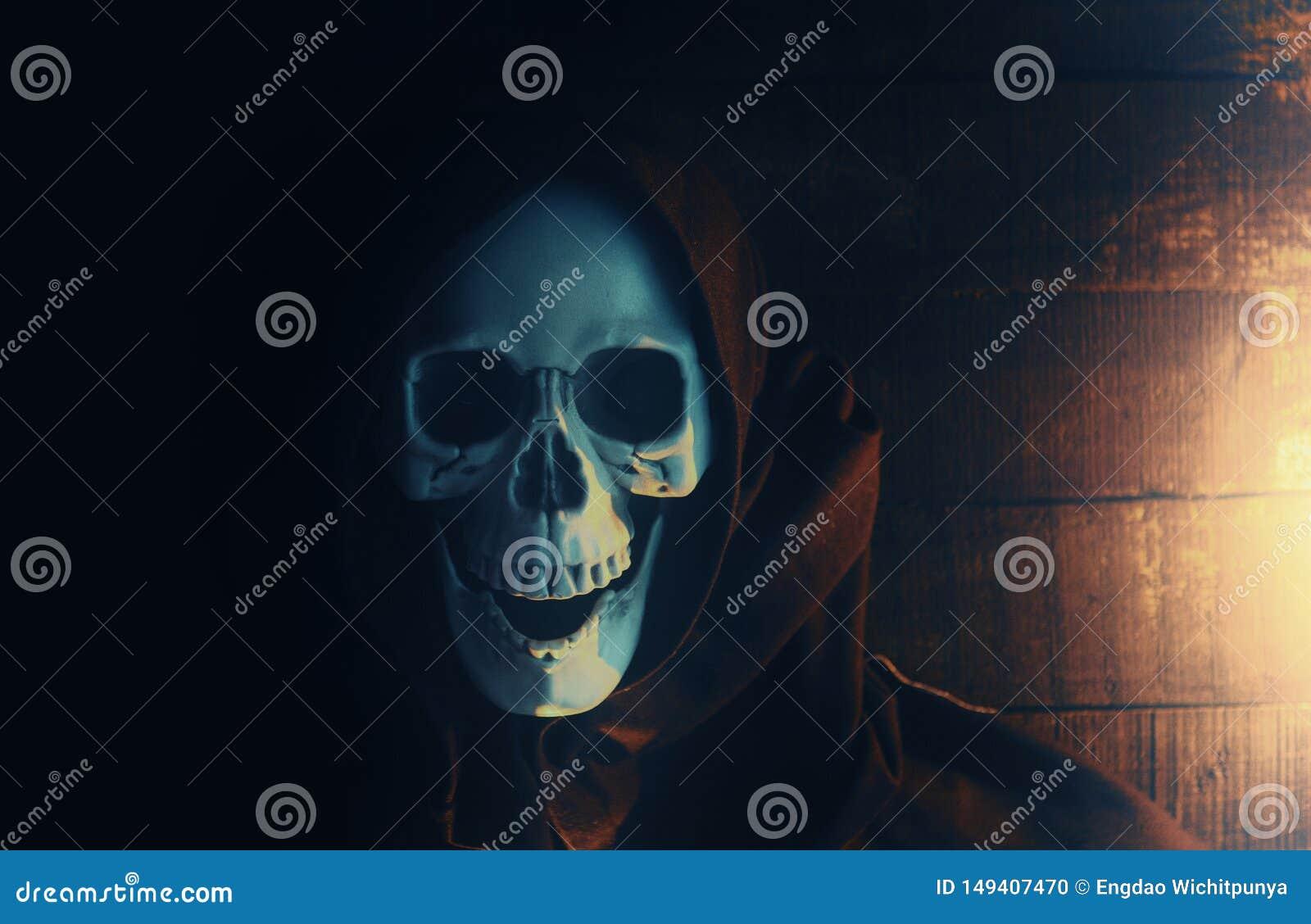 Halloweenowego kostiumowego ducha straszny ko?ciec jest ubranym kapturzastego ?akiet, Ponur? ?niwiarki z czaszk? w czarnym kapisz