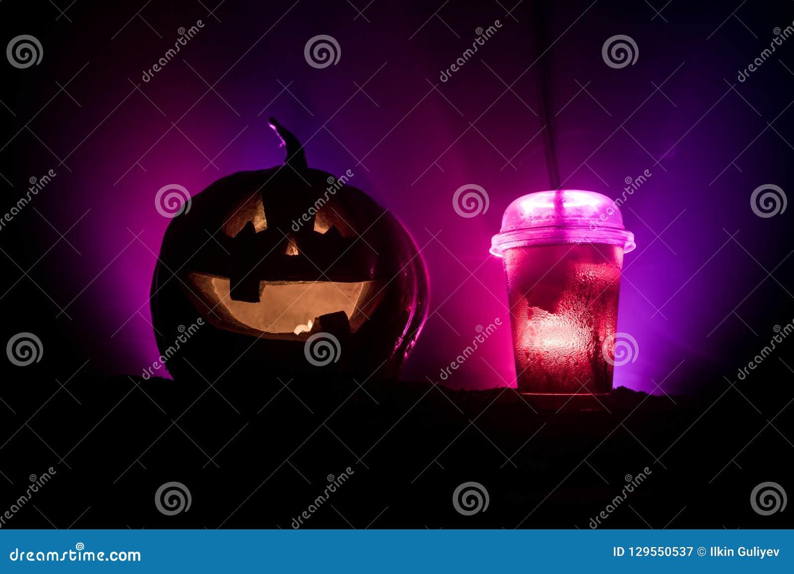 Halloweenowi dyniowi pomarańczowi koktajle napój świątecznie Halloween przyjęcie Śmieszna bania z koktajlem Selekcyjna ostrość