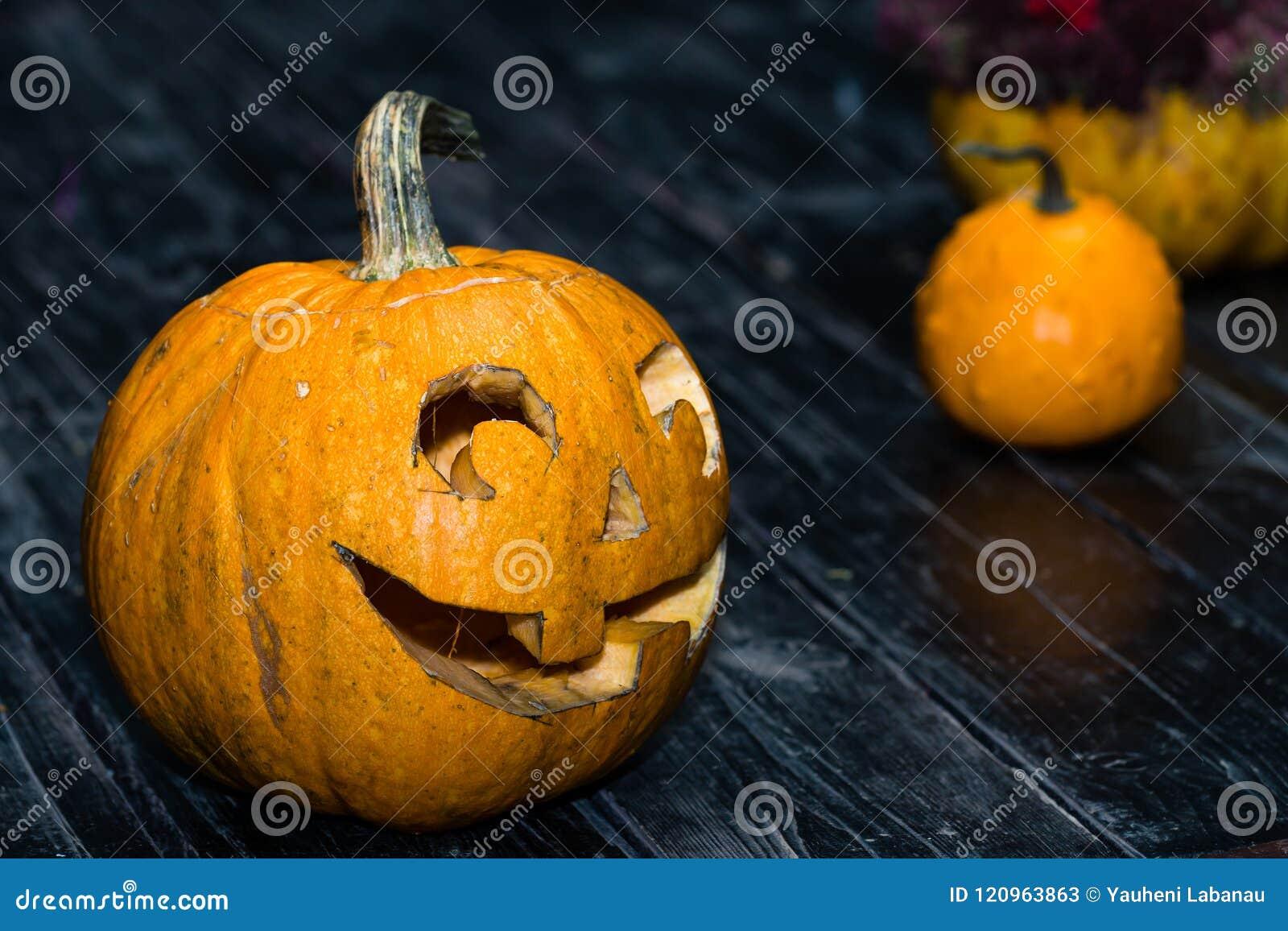 Halloweenowy bani głowy dźwigarki lampion na ciemnym drewnianym tle C