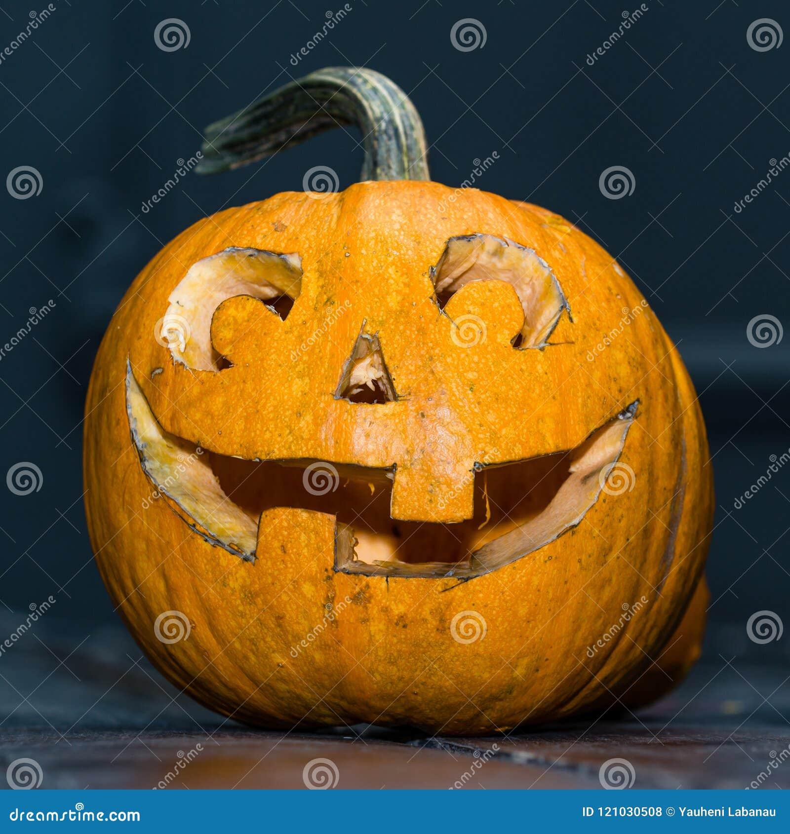 Halloweenowy bani głowy dźwigarki lampion na ciemnym drewnianym tle, c