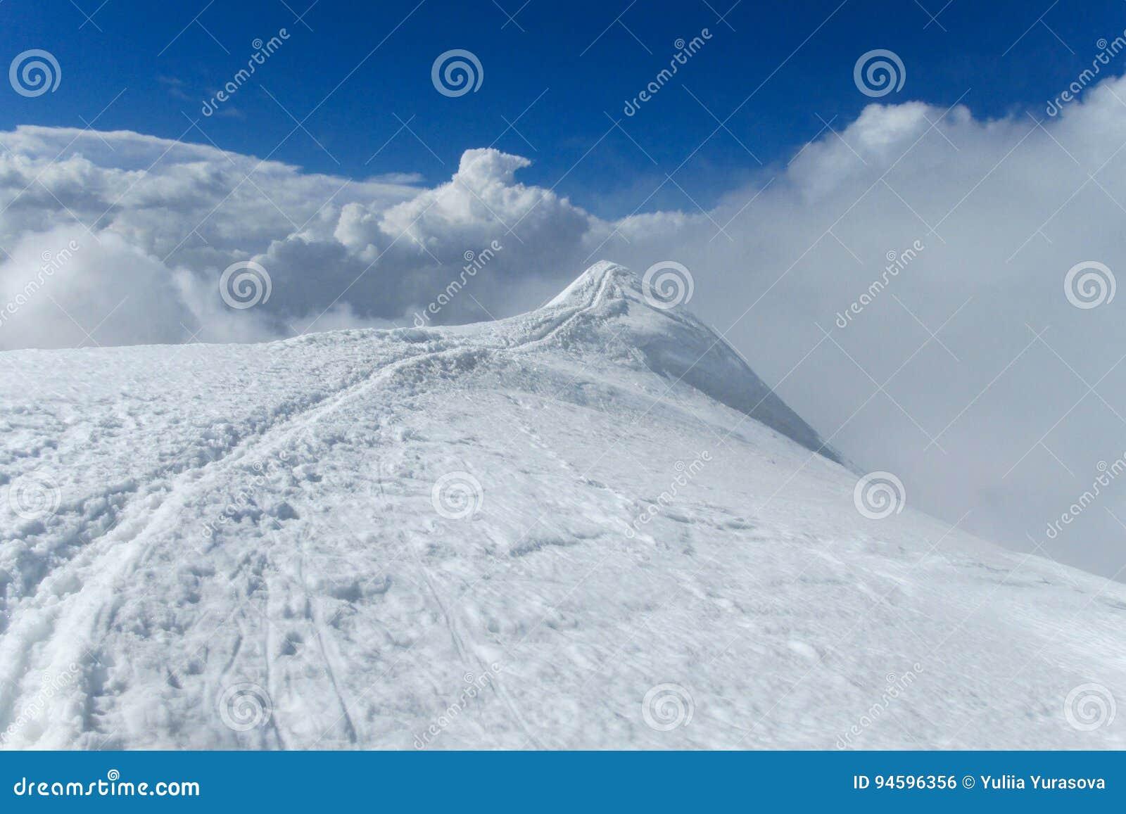 Halna śnieżna ścieżka