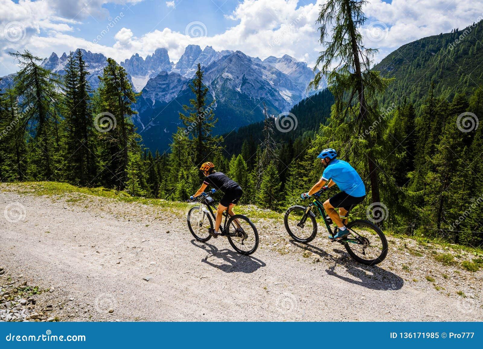 Halna kolarstwo para z rowerami na śladzie