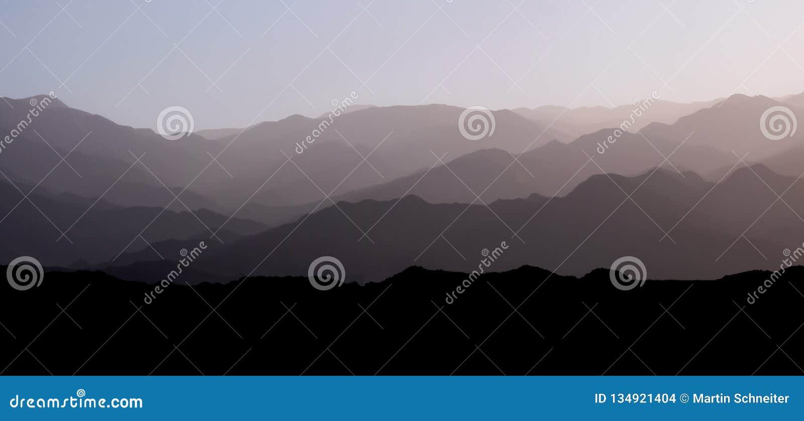 Halne warstwy andyjski precordillera góry pasmo i Cordillera przy zmierzchem, San Juan, Argentyna