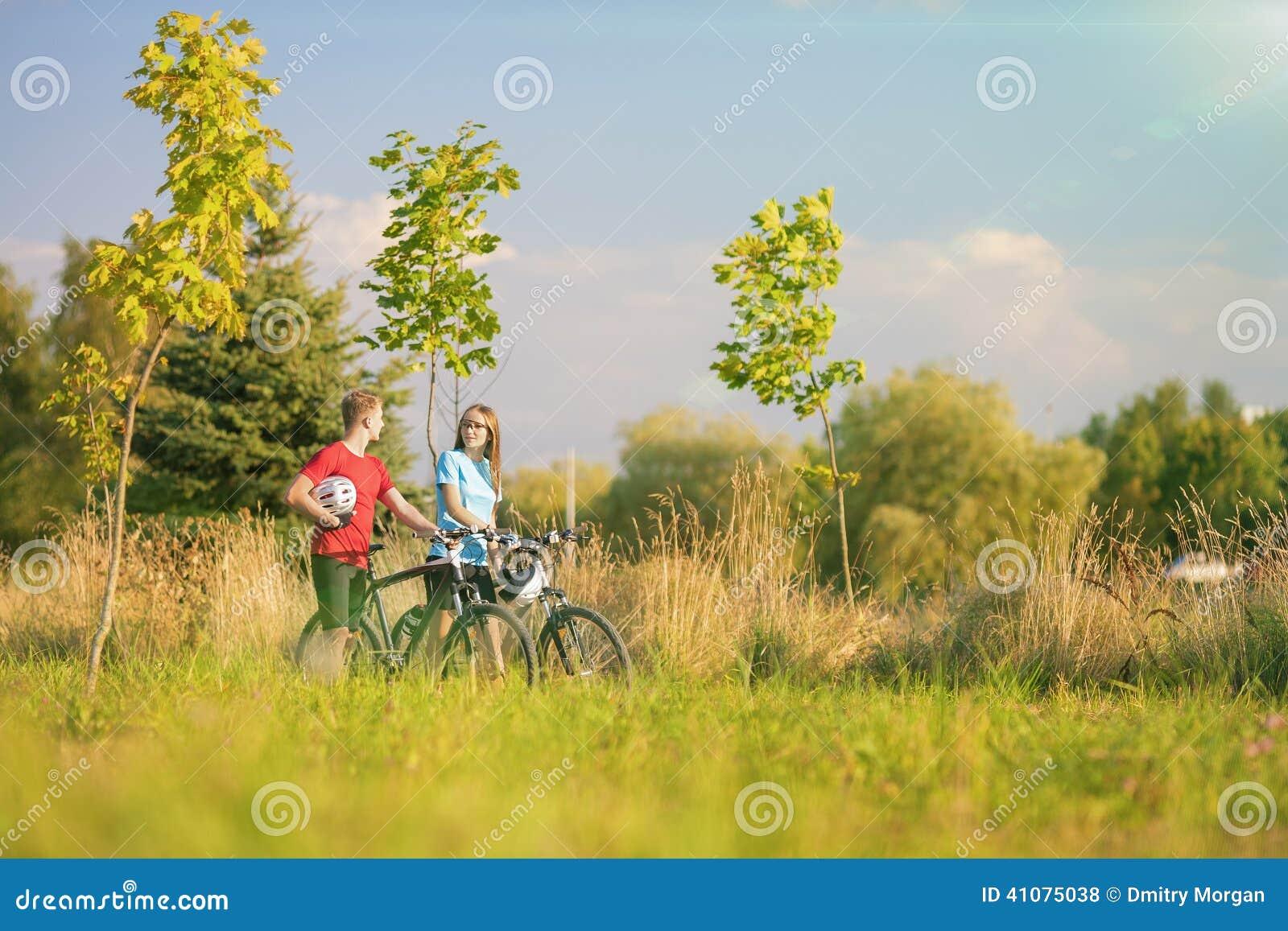 Halni rowerzyści Ma przespacerowanie w lato lesie