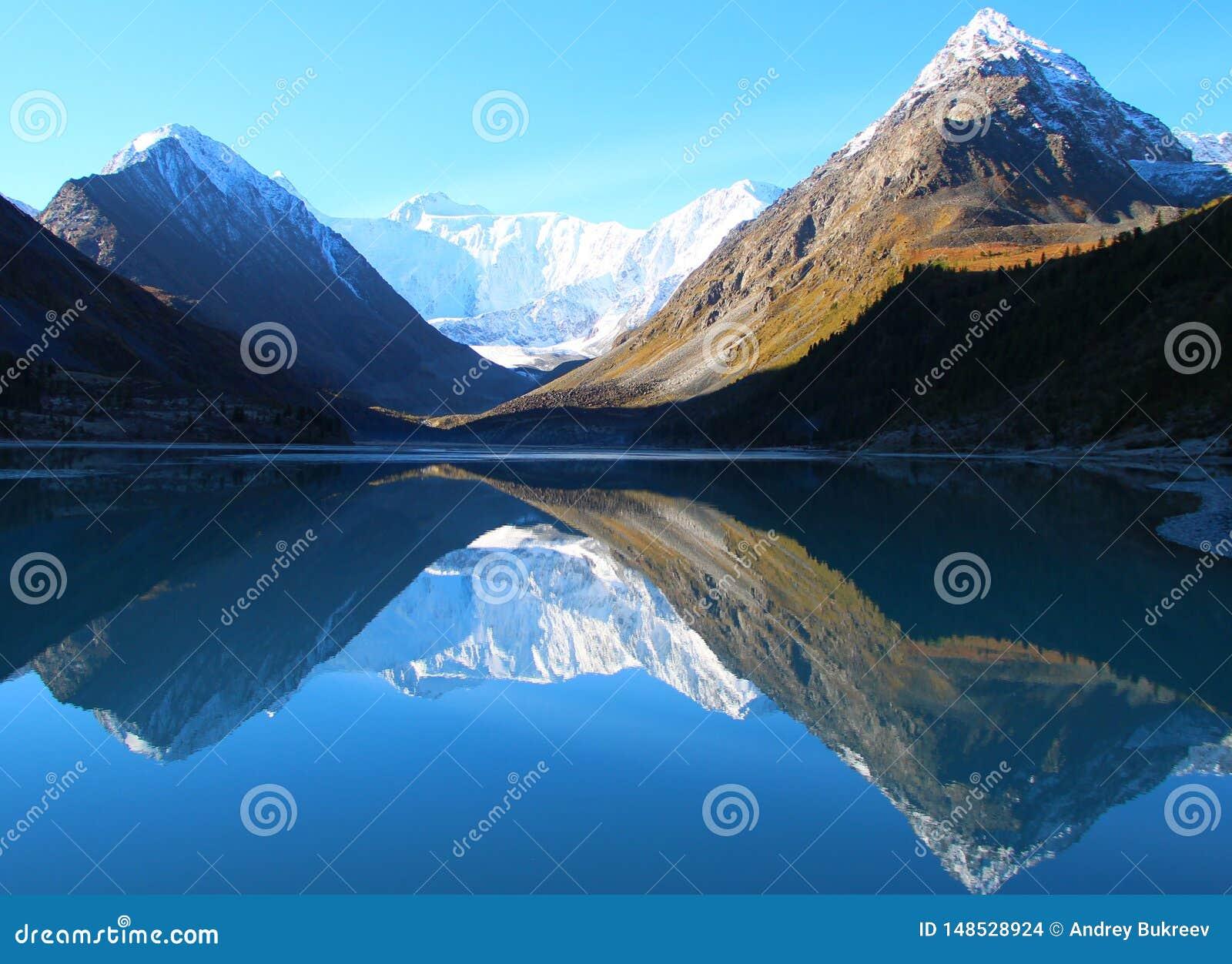 Halny jezioro między skałami z odbiciem w wodzie
