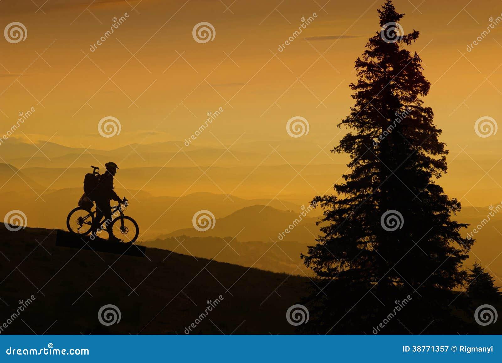 Halny rowerzysta przy zmierzchem