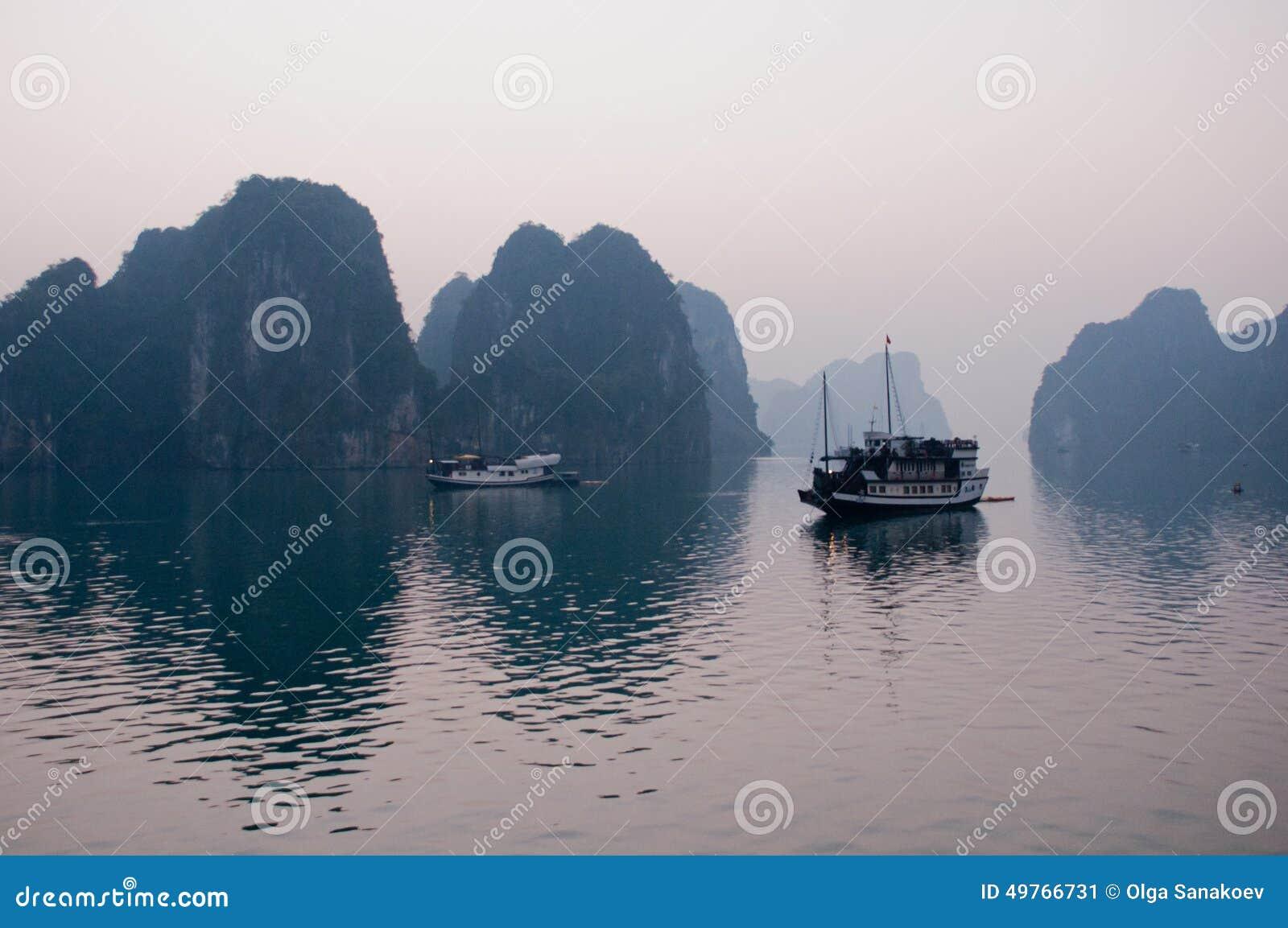 Halong fjärdfartyg i Vietnam
