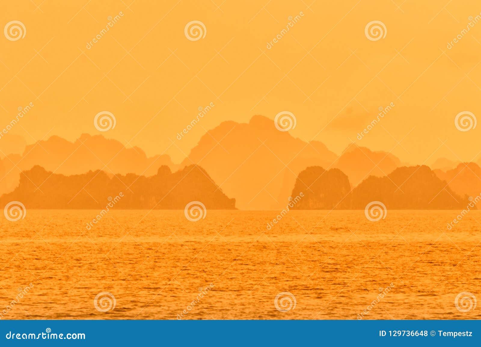 Halong zatoki Wietnam dramatyczny pomarańczowy niebo