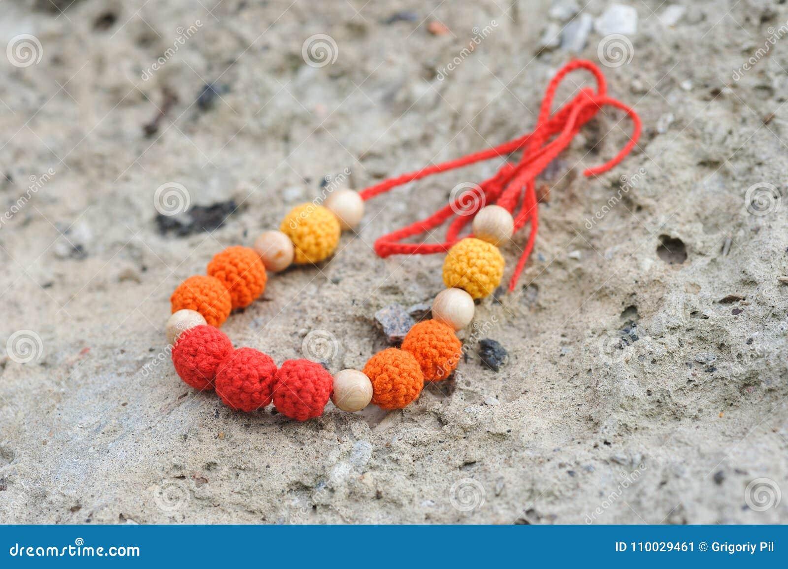 Halsband door handen wordt gemaakt die