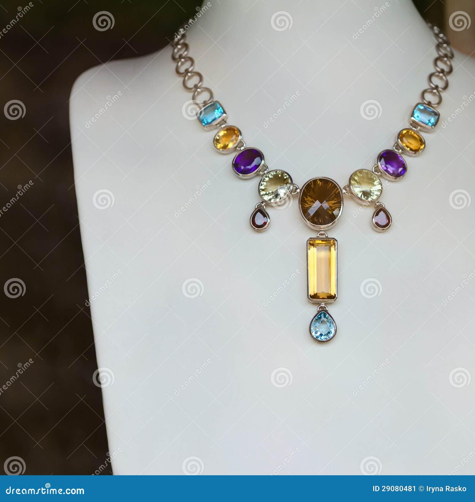 halsband med ädelstenar