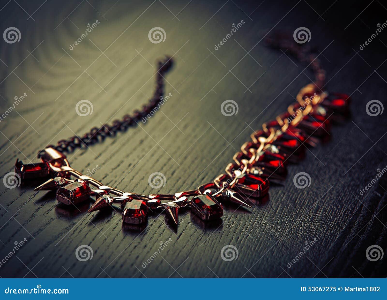 Halsband med rubiner