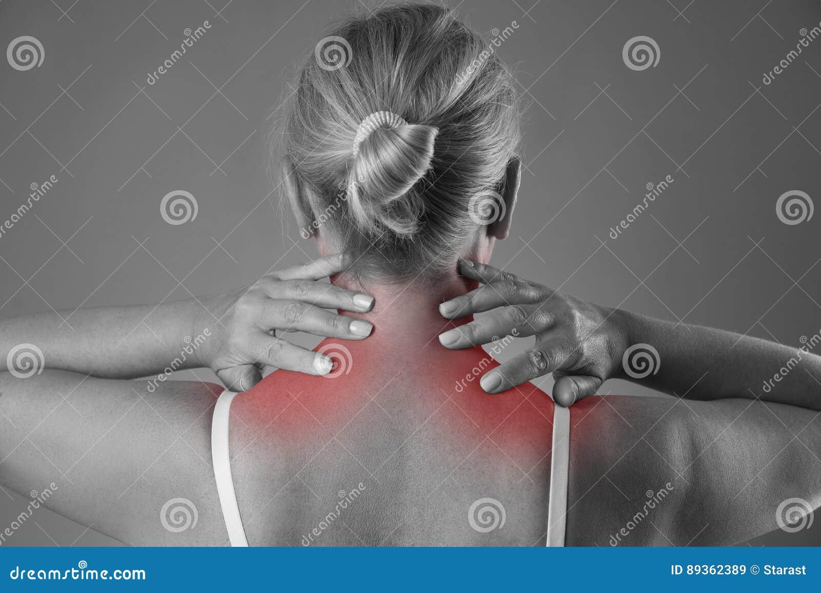 Halsen smärtar, massagen av den kvinnliga kroppen, knip i kropp för kvinna` s