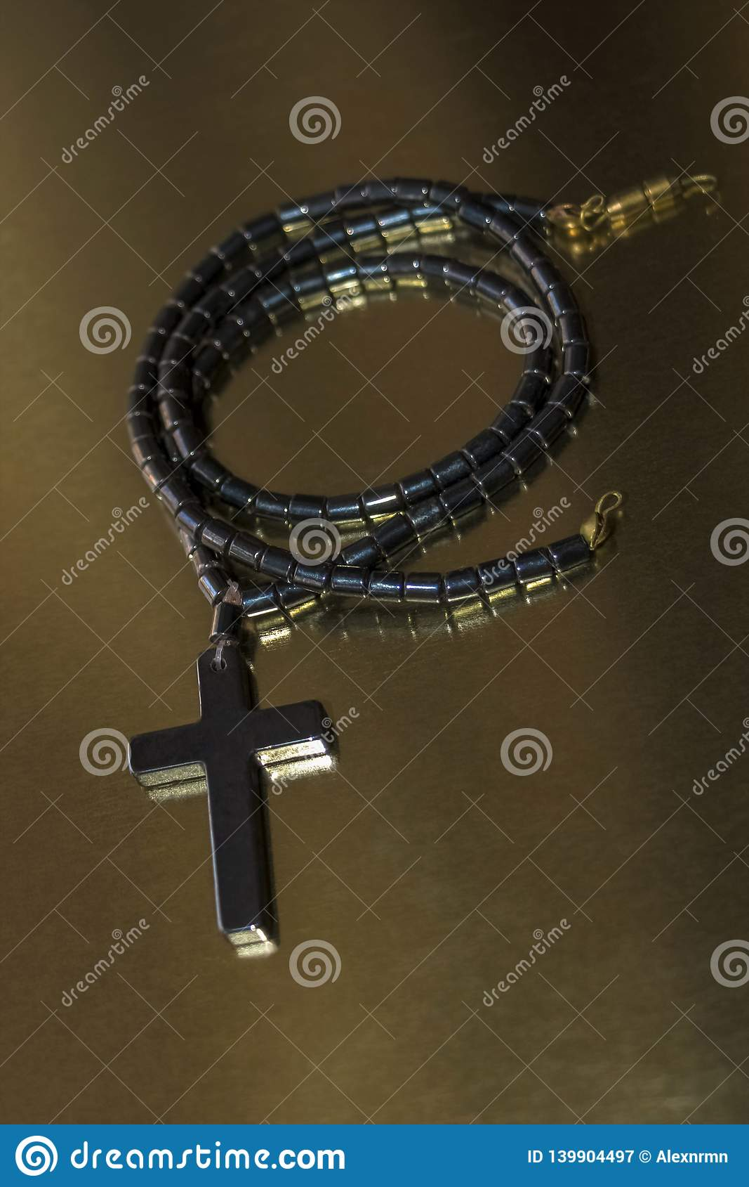 Halskette mit einem Kreuz