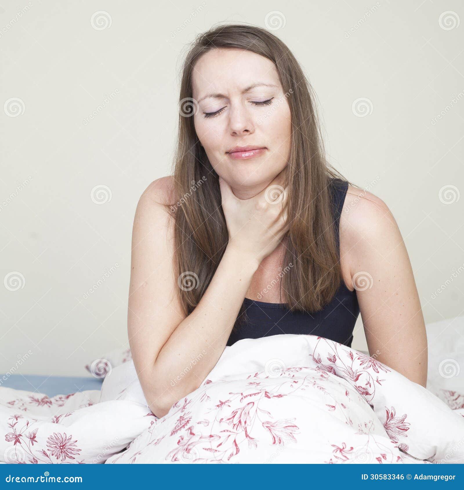 Halsschmerzenmädchen im Bett