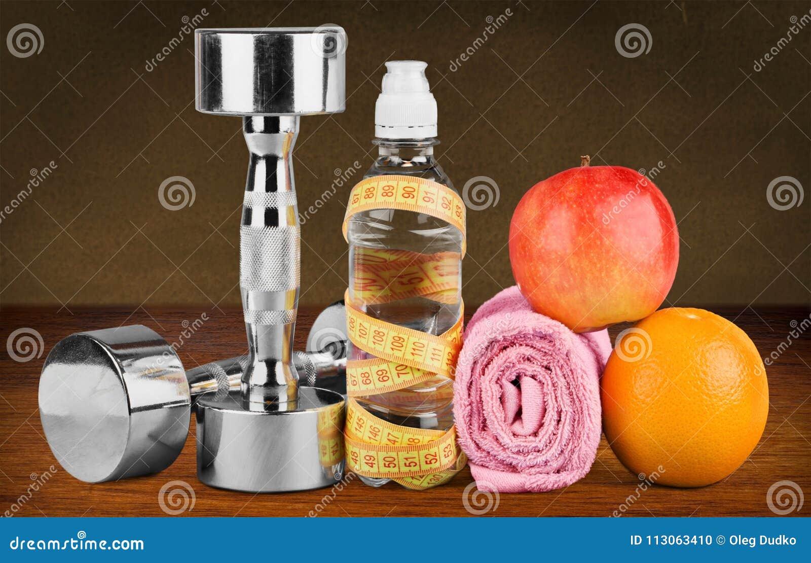 Haltères avec la bande de mesure et les produits sains