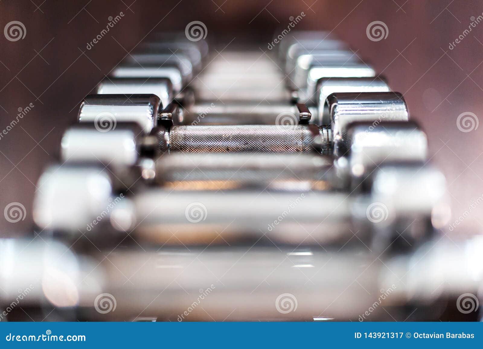Haltères multiples de chrome au centre de fitness