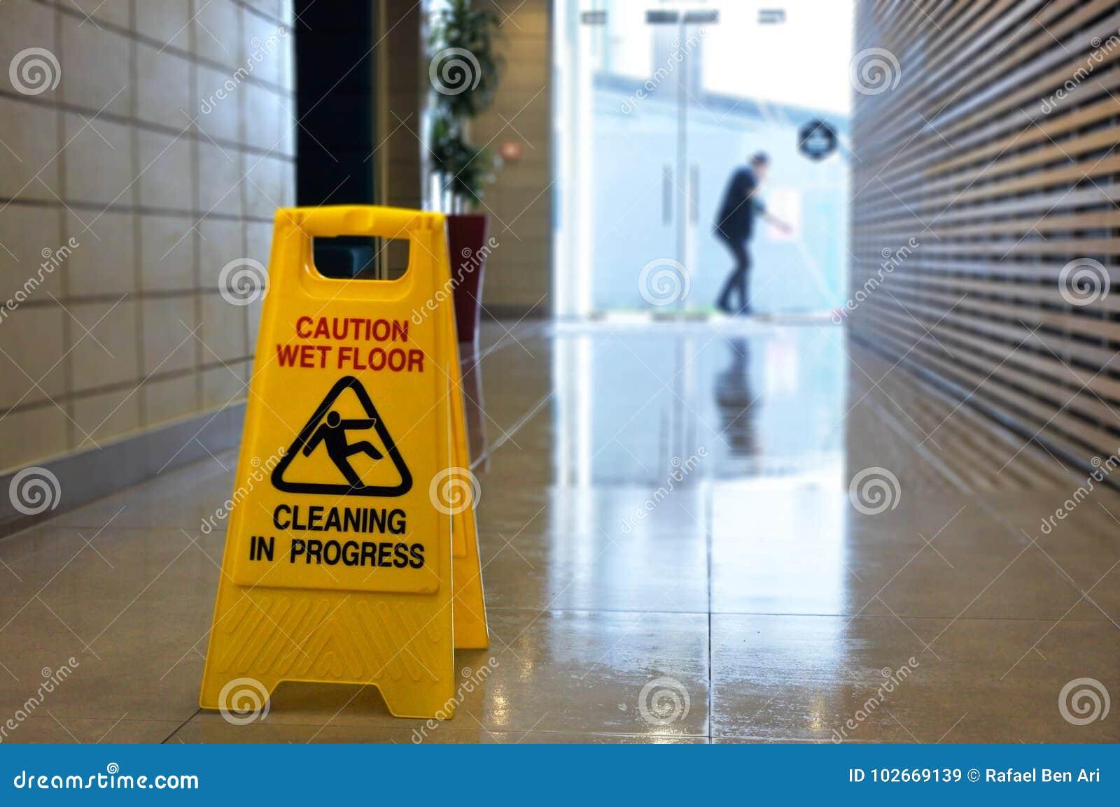 Halt tecken och symbol för golvyttersidavarning på ett vått golv
