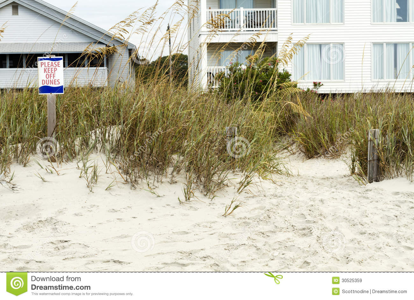 Halten sie bitte weg von den dünen zeichen und strand häusern lizenzfreie stockbilder