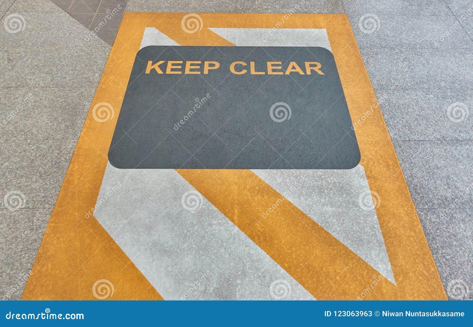 Halten Sie klares Zeichen auf Boden an der Himmelbahnstation