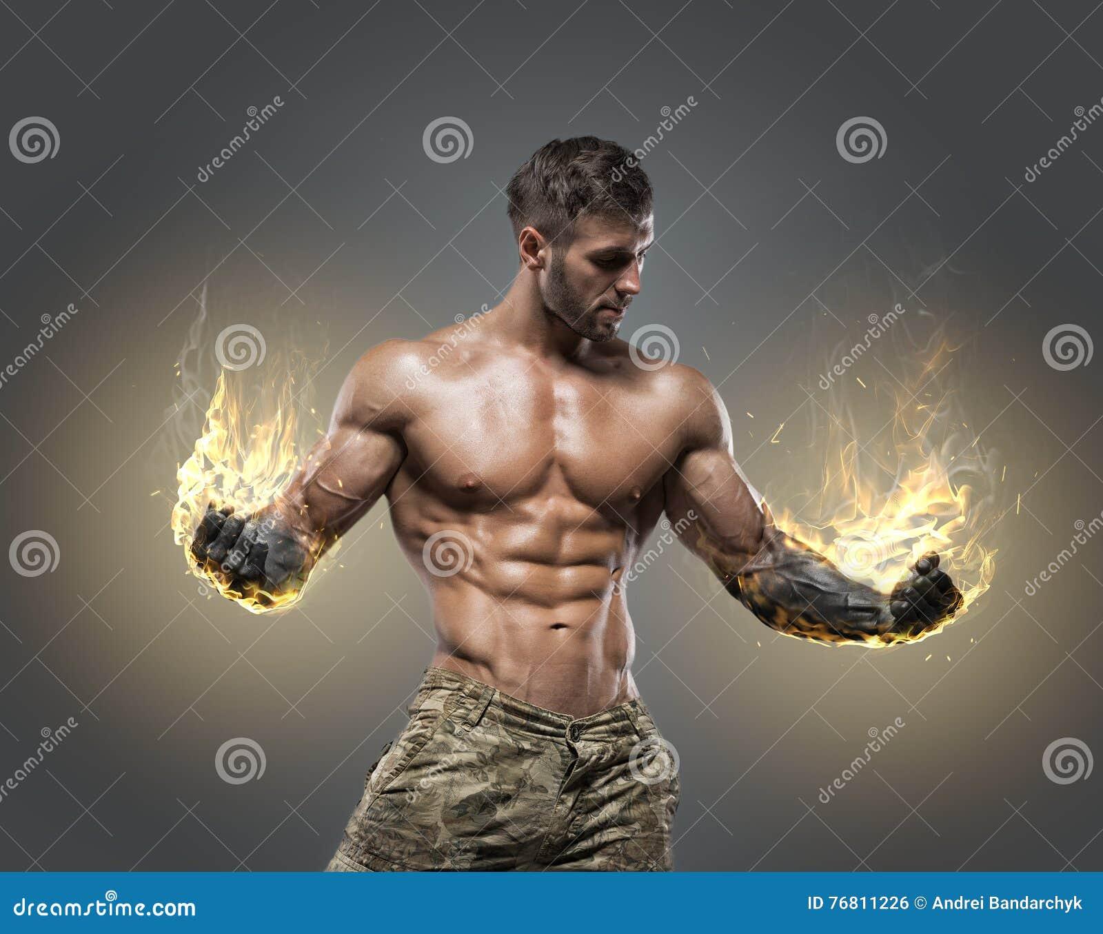 Halterofilista atlético do homem do poder considerável