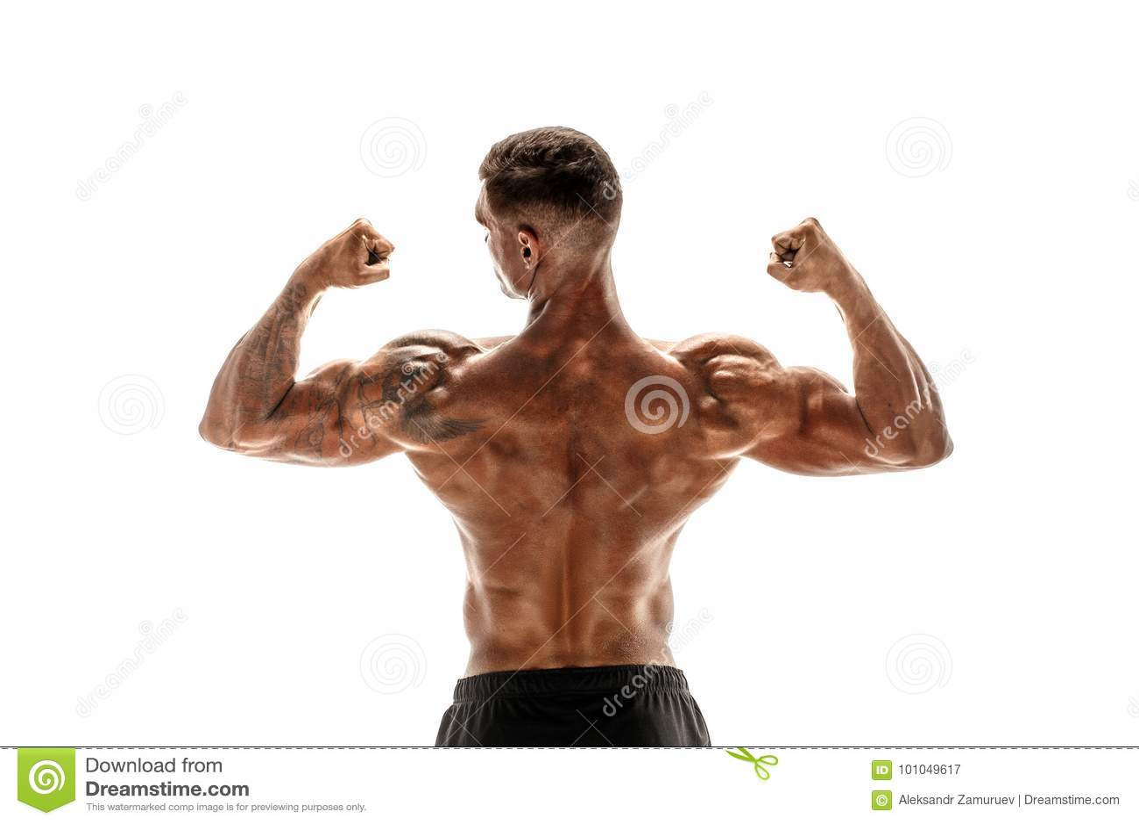 Halterofilista que mostra seus músculos isolados em um fundo branco, instrutor pessoal da parte traseira e do bíceps da aptidão