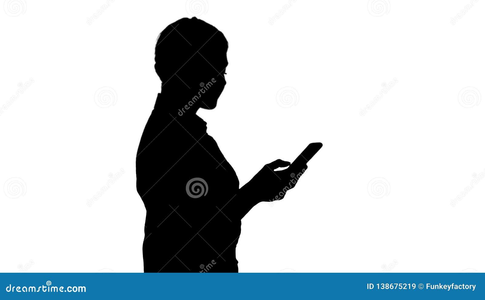 Halv längdstående för kontur av den unga affärskvinnan som ser hennes telefon