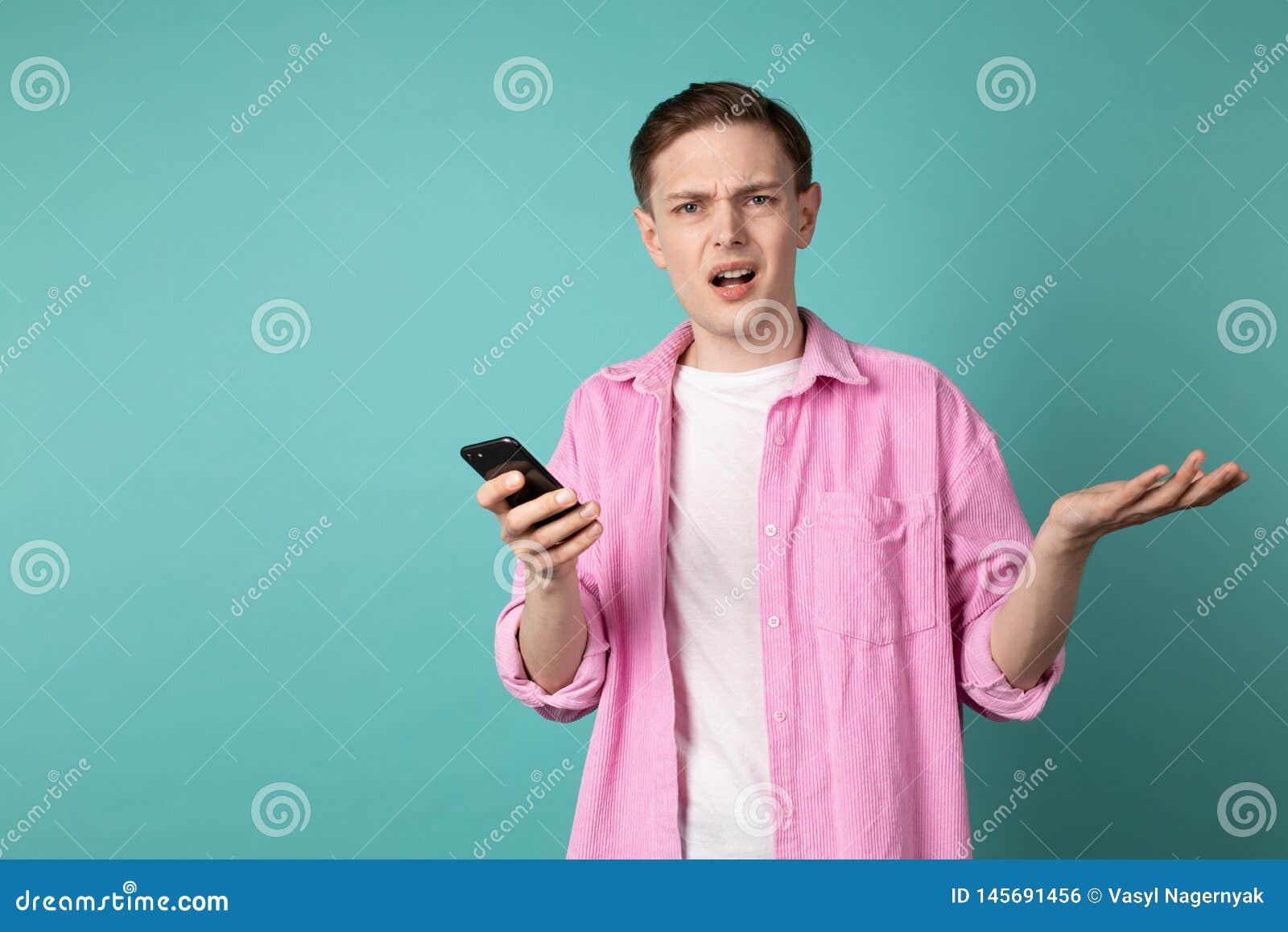 Halv l?ngdst?ende av en f?rvirrad olycklig man i rosa skjorta