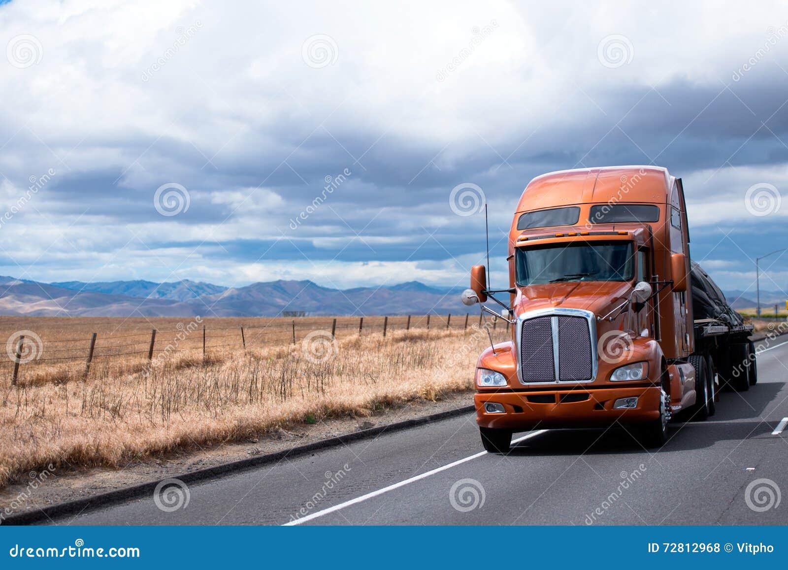 Halv lastbil för plan säng som transporterar last under räkningen på Kalifornien