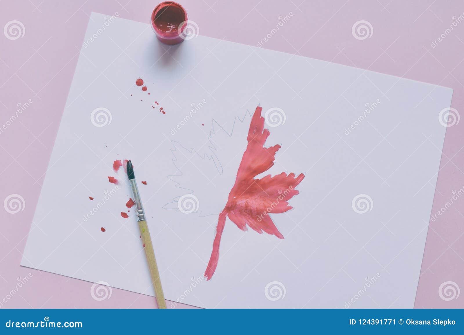 Halva-målad lönnlöv, målarfärg och borste Oavslutat arbete quitter Passerande av svårigheter hösten tappar melankoliskt förser me